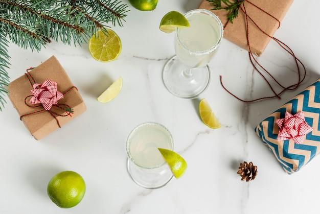Ideen für weihnachts- und neujahrsgetränke champagner-margarita-cocktails, garniert mit limette und salz Premium Fotos