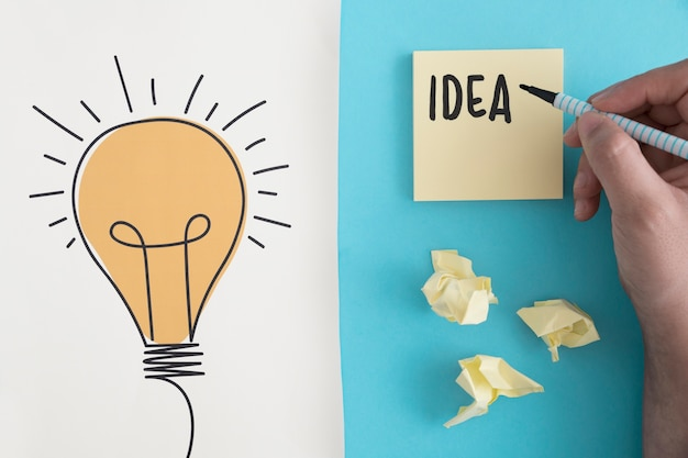 Ideentext geschrieben mit filzstift auf zerknittertes ballpapier mit hand gezeichneter glühlampe Kostenlose Fotos
