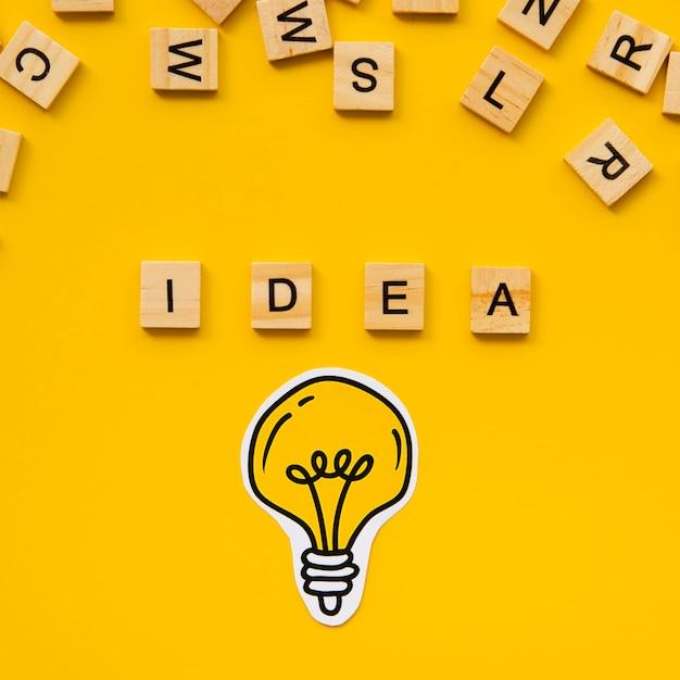 Ideenwort von den scrabblebuchstaben und von der glühlampe Kostenlose Fotos