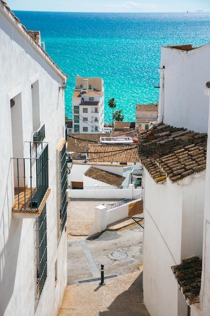 Im bild sieht man eine wunderschöne landschaft einer der küstenstädte spaniens Premium Fotos
