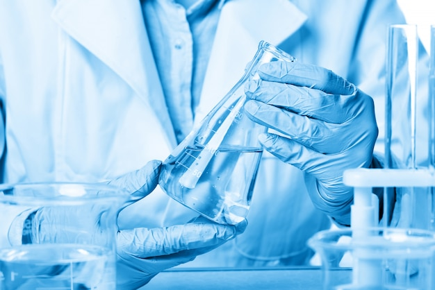 Im chemielabor machen wissenschaftlerinnen experimente Premium Fotos