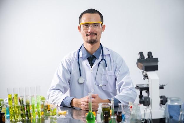 Im chemielabor testen die wissenschaftler den naturstoffextrakt, das öl und die biokraftstofflösung. Premium Fotos