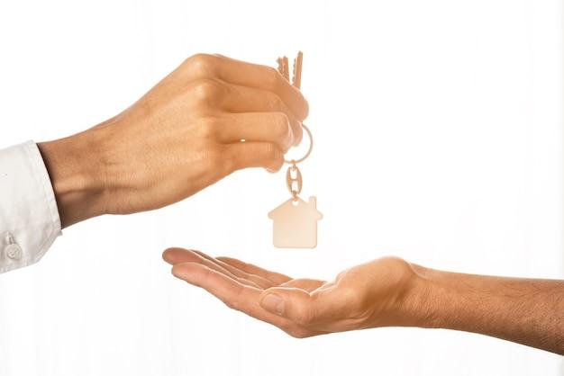 Immobilienmakler, der hausschlüssel gibt Premium Fotos