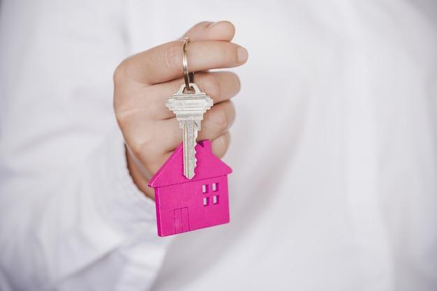 Immobilienmakler, der hausschlüssel überreicht Premium Fotos