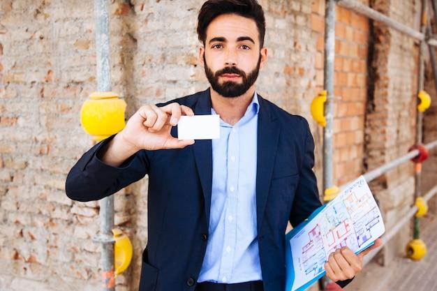 Immobilienmakler mit visitenkarte Kostenlose Fotos