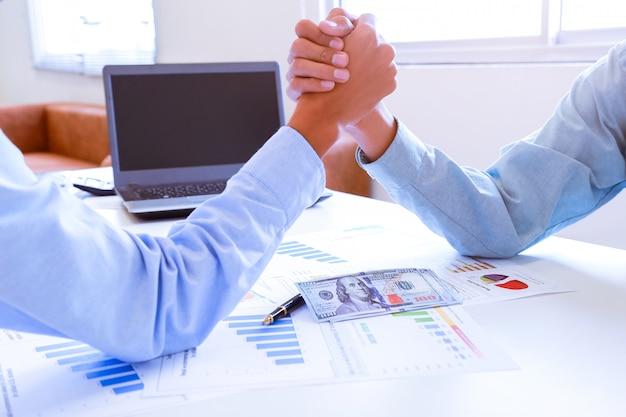 Immobilienmakler und kunde, die hände rütteln, nachdem ein vertrag unterzeichnet wurde. Premium Fotos