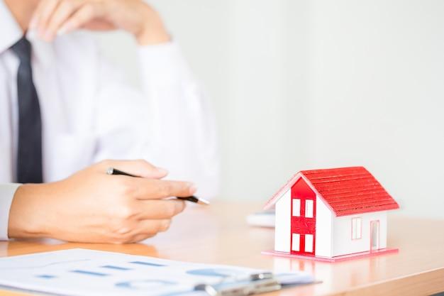 Immobilienmakler zur präsentation der immobilie (haus) Kostenlose Fotos