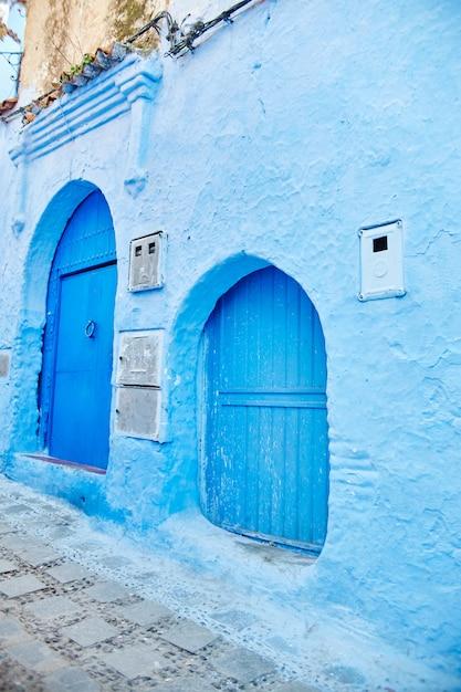 In blau gestrichene straßen in verschiedenen schattierungen. Premium Fotos