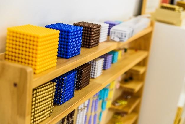 In der montessori-pädagogik werden spezielle materialien verwendet, die den schüler anleiten, sein gesamtes kreatives potenzial zu entfalten. Premium Fotos