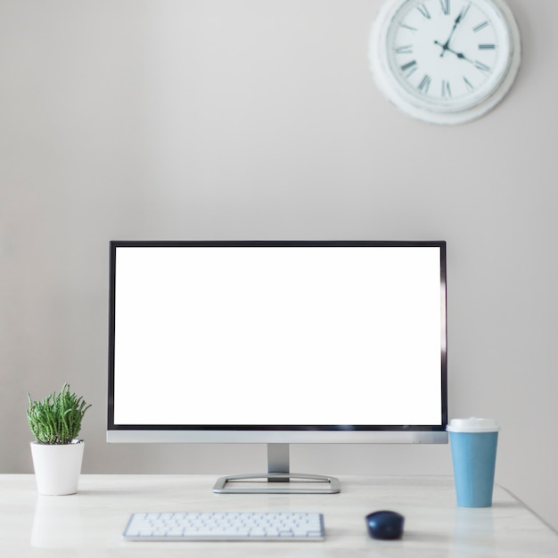 In der nähe von becher, anlage und tastatur überwachen Kostenlose Fotos