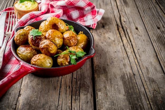 In der pfanne ganze junge kartoffeln, hausgemachte vegetarische kost gebacken Premium Fotos