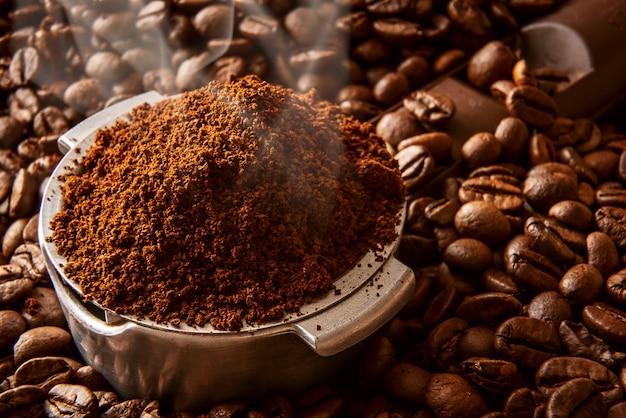 In die halterung wurde duftender gemahlener kaffee gegossen Premium Fotos
