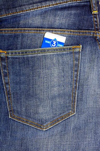 In einer tasche steckte eine dunkelblaue jeans ein busticket Premium Fotos