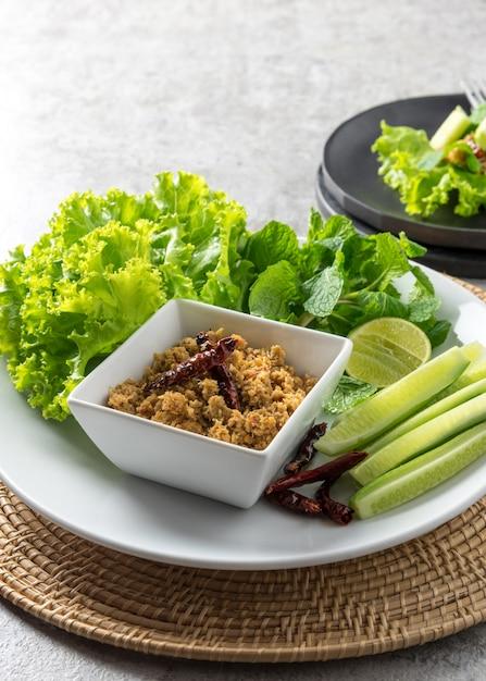 In essig eingelegte fische chili paste mit gemüse gurke, thailändisches lebensmittel Premium Fotos