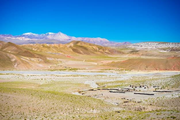 In großer höhe unfruchtbare gebirgskette im hochland der anden auf dem weg zum berühmten uyuni-salzsee. Premium Fotos