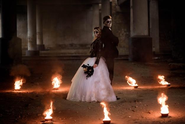 In hochzeitskleidung romantische zombie-paar gekleidet. Premium Fotos