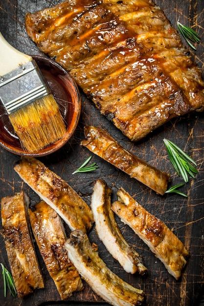 In scheiben geschnittene gegrillte rippen mit sauce. Premium Fotos