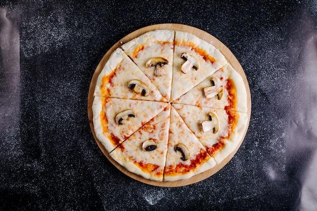In scheiben geschnittene pizza mit champignons, käse und tomatensauce. Kostenlose Fotos
