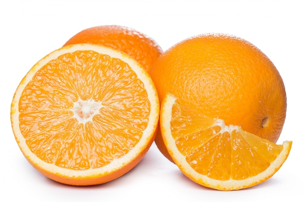 In scheiben geschnittene und ganze orangen Kostenlose Fotos