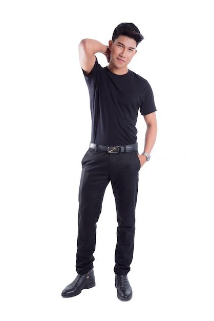 In voller länge von der jungen asiatischen stellung des gutaussehenden mannes lokalisiert über weißem hintergrund Premium Fotos