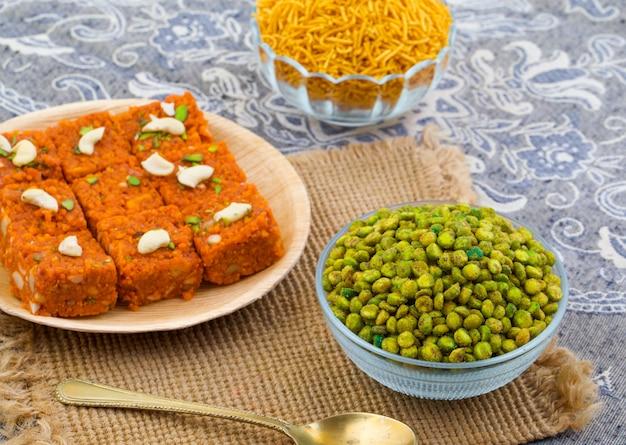 Inder namkeen-snack-food masala green peas Premium Fotos