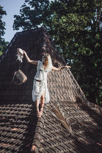 Inderin auf dem dach. traumfänger. schönes blondes mädchen mit traumfängern. Kostenlose Fotos