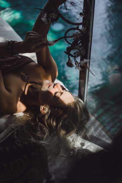 Inderin zu hause. traumfänger. schönes blondes mädchen mit traumfängern. Kostenlose Fotos