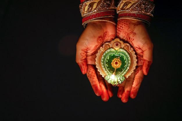 Indian festival diwali, lampe in der hand Premium Fotos