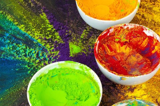 Indian holi festival farben in schälchen auf dunkel Premium Fotos