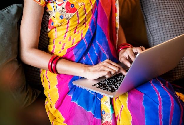 Indische frau benutzt computerlaptop Premium Fotos