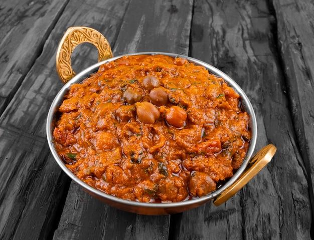 Indische gesunde küche chana masala auf hölzernem hintergrund Premium Fotos