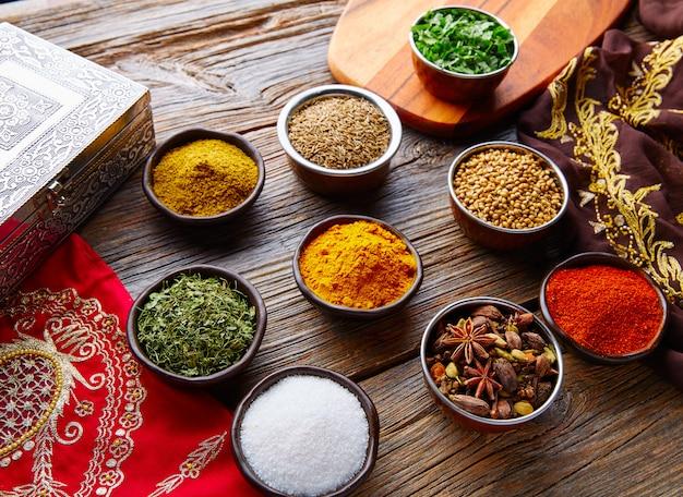 Indische gewürze vermischen sich als koriander-curry Premium Fotos