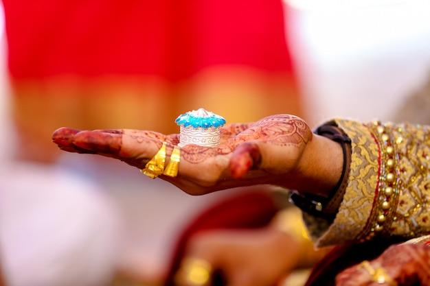 Indische hochzeit sindoor zeremonie Premium Fotos