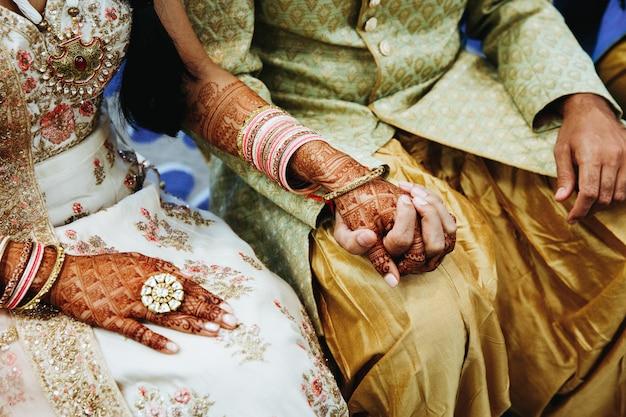 Indische hochzeitspaare halten hände Kostenlose Fotos