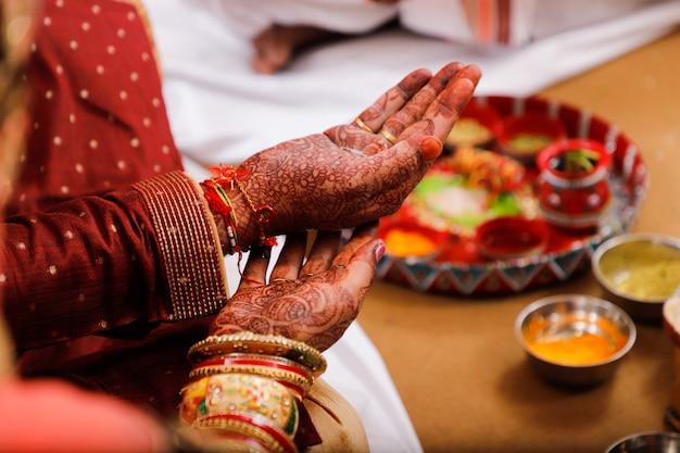 Indische hochzeitsphotographie-, -bräutigam- und -brauthände Premium Fotos