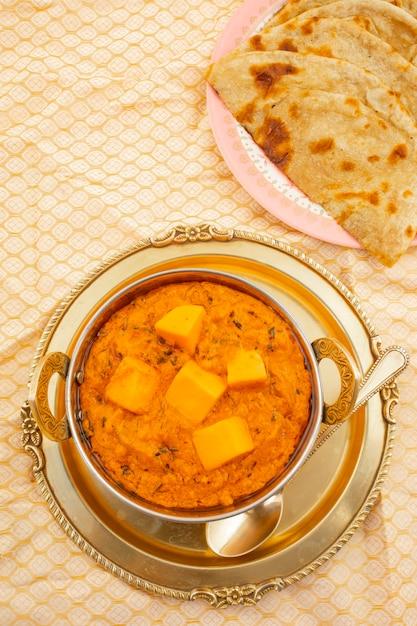 Indische küche käse butter masala serviert mit tandoori roti Premium Fotos