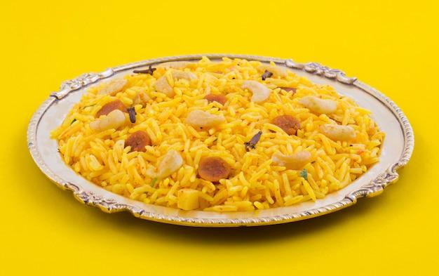 Indische küche pulao auf gelbem hintergrund Premium Fotos