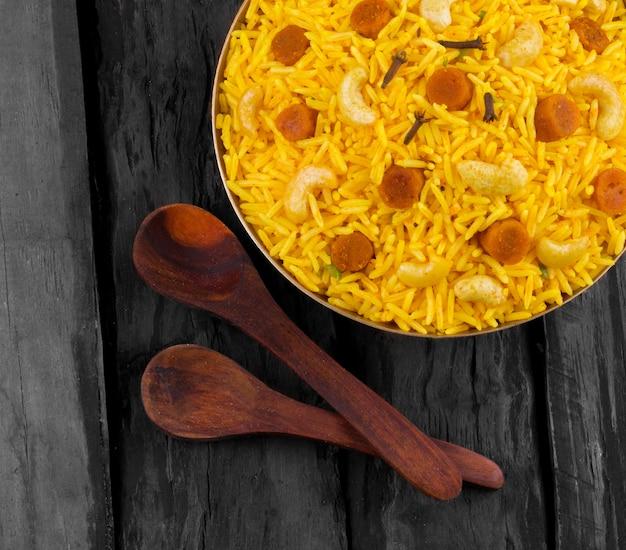 Indische küche pulao auf hölzernem hintergrund Premium Fotos
