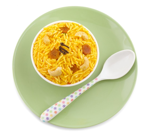 Indische küche pulao auf weißem hintergrund Premium Fotos