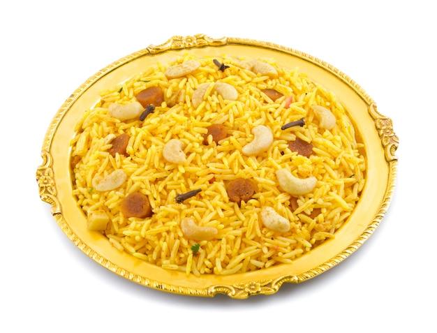 Indische küche pulao oder pulav lokalisiert auf weißem hintergrund Premium Fotos