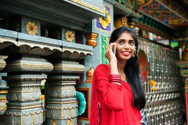 Indische leute, die handy verwenden Kostenlose Fotos