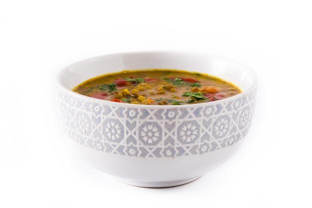 Indische linsensuppe dal (dal) in einer schüssel lokalisiert auf weiß. Premium Fotos