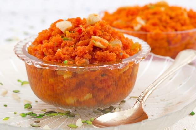 Indische populäre süße nahrungsmittelkarotte halwa Premium Fotos