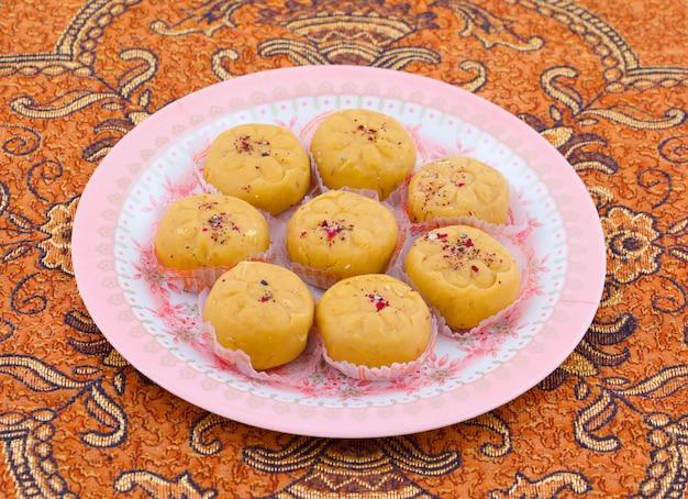 Indische populärste süße nahrungsmittelvielzahl von peda Premium Fotos