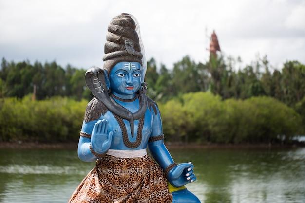 Indische statuen auf dem see in mauritius. grand bassin Premium Fotos