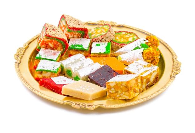 Indische trockene frucht-bonbons auf weißem hintergrund Premium Fotos