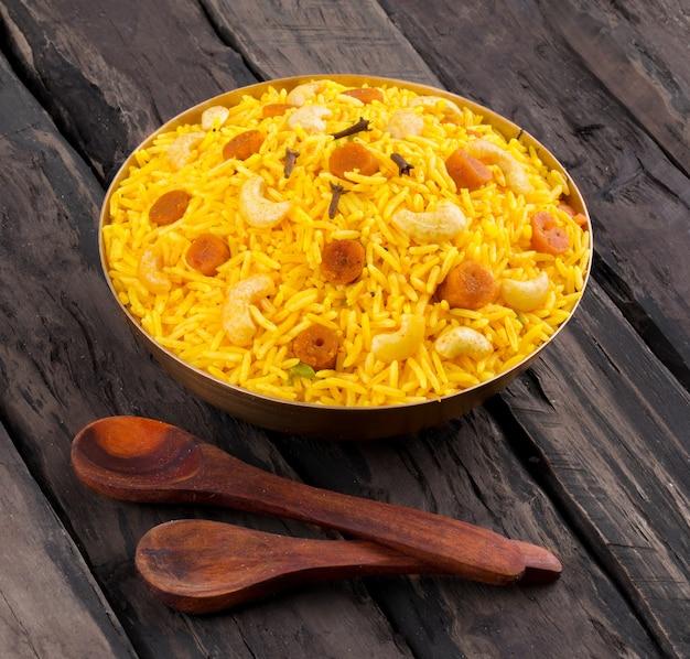 Indische würzige küche pulav oder pulav auf hölzernem hintergrund Premium Fotos