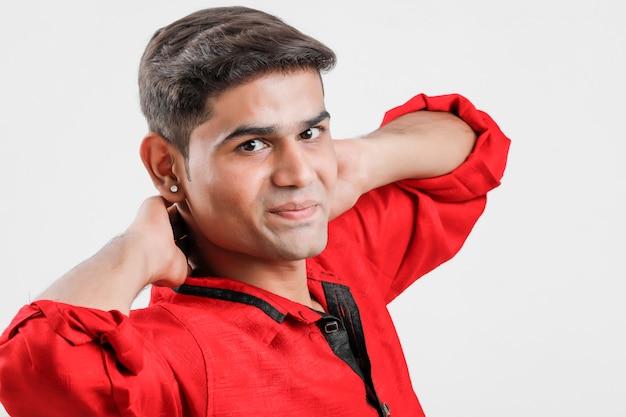 Indischer / asiatischer mann im roten hemd und im zeigen des mehrfachen ausdrucks über weiß Premium Fotos