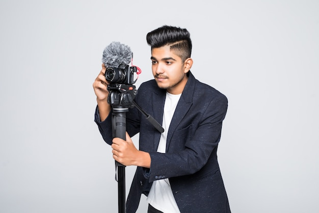 Indischer betreiber der videokamera lokalisiert auf einem weißen hintergrund Kostenlose Fotos