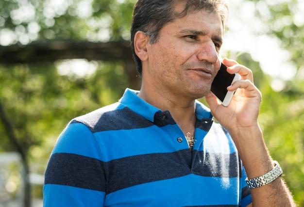 Indischer mann am telefon sprechen Kostenlose Fotos